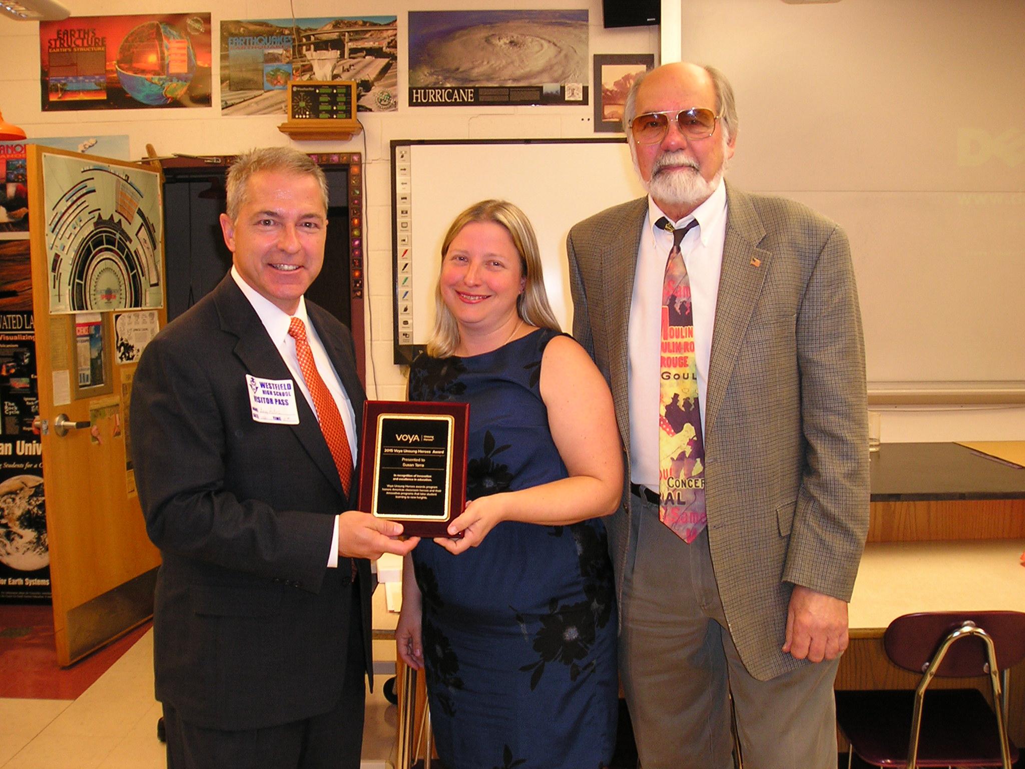 91dd5107c87ed972f310_29a2600e85ceabca5aa3_Susan_Marie_Terra_receives_Voya_Unsung_Heroes_Award.JPG