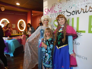 """Frozen"" Princesses Draw Lines and Brighten Smiles At Pearly Whites , photo 1"
