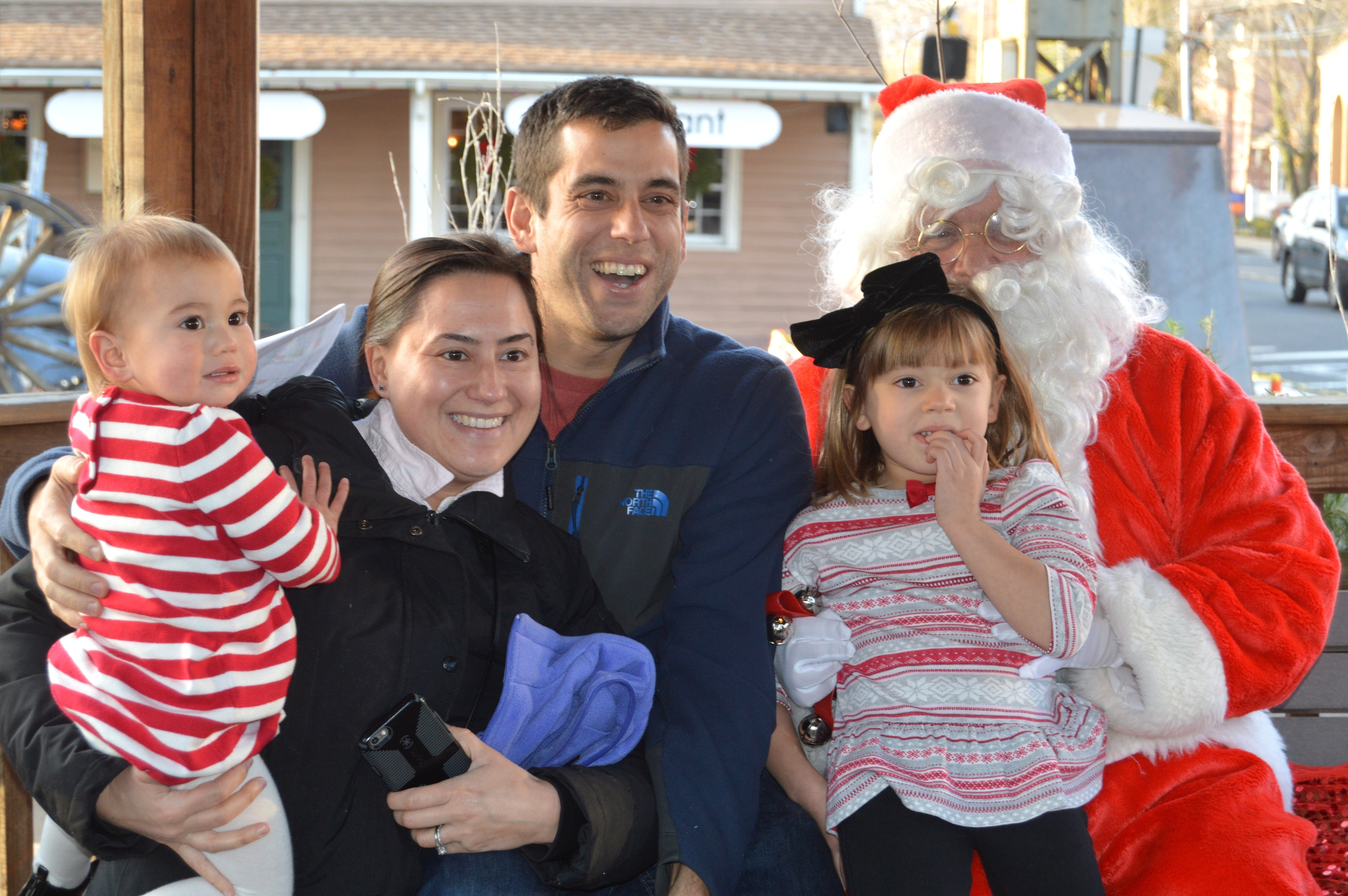 1006333e9710245e8289_Orsini_family_with_Santa.JPG