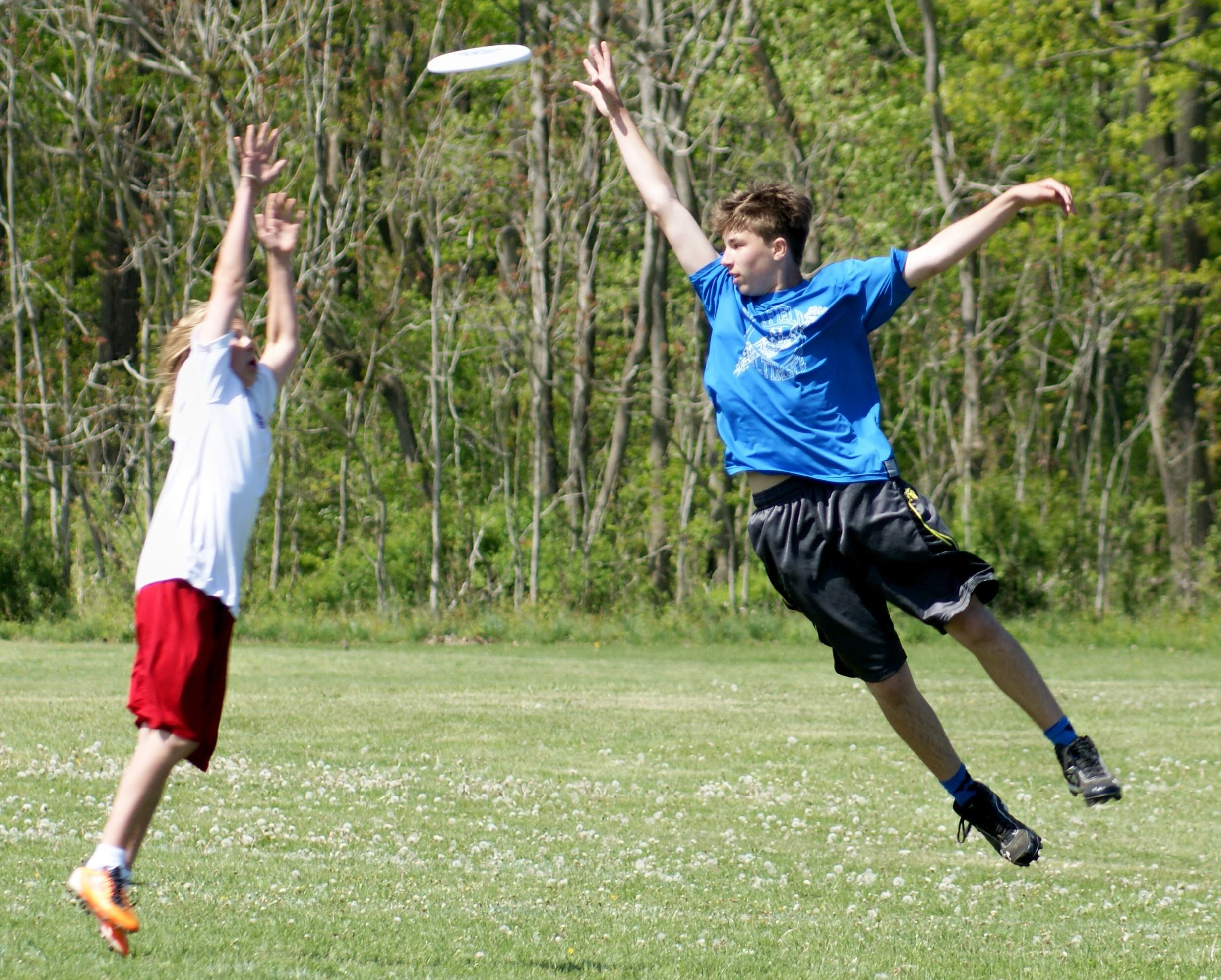 1353bc49d4fed305d1f8_Ezra_sky_resize__2__Sports_Camp_Photo_Frisbee.jpg