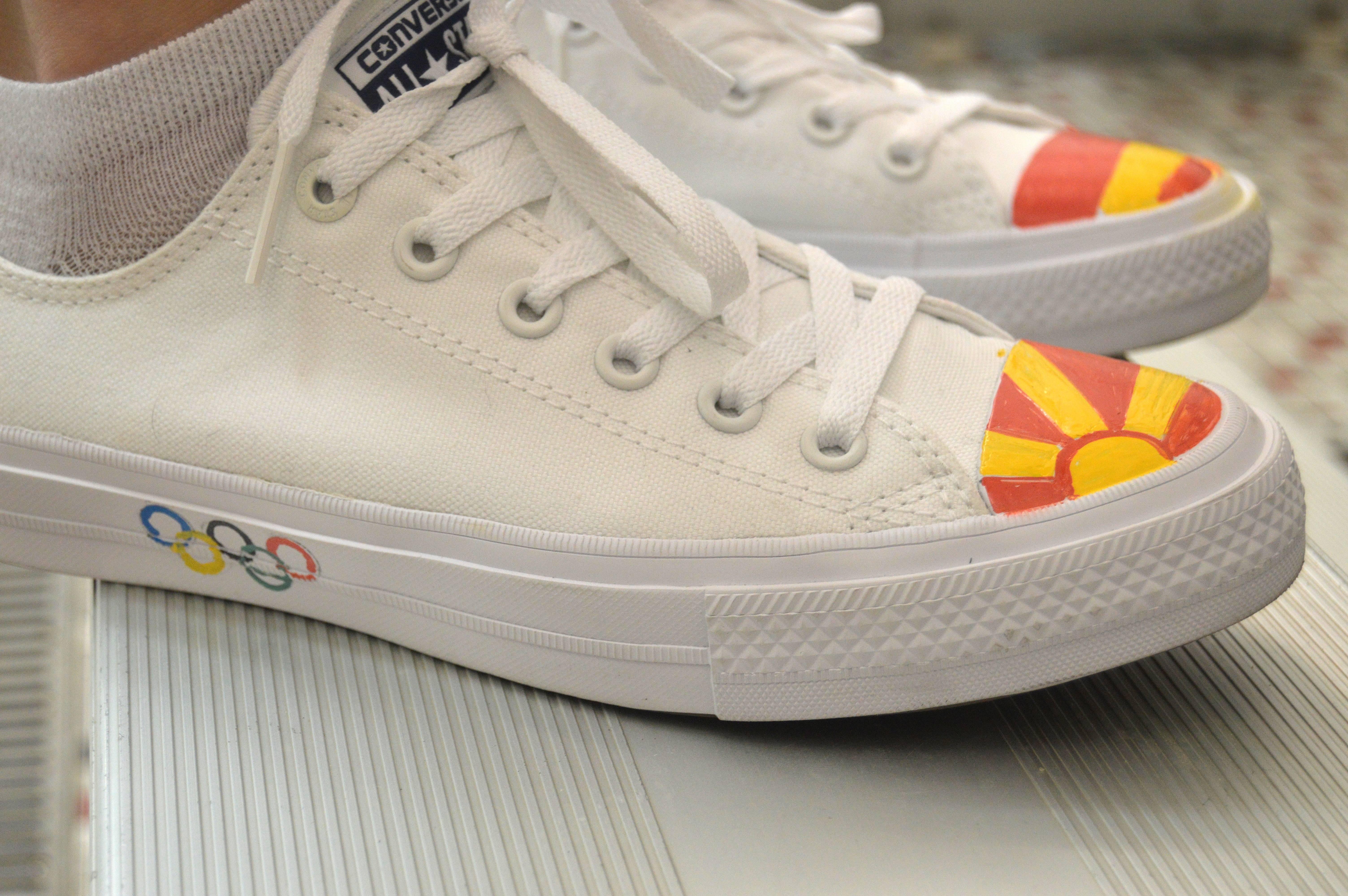 545e295c40d4877f3603_Ana_sneakers.JPG