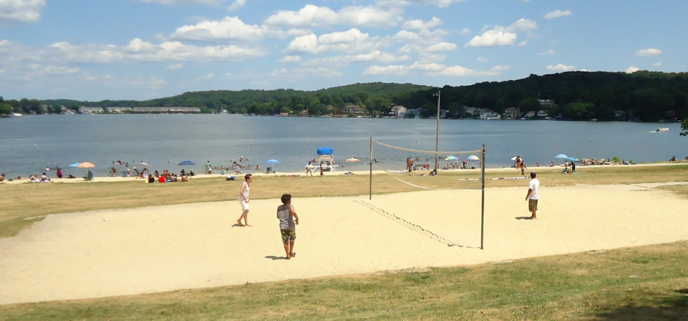 4b9af24ff3550c2d8491_Lake_Hopatcong_State_Park_NJ_volleyball_game.jpg