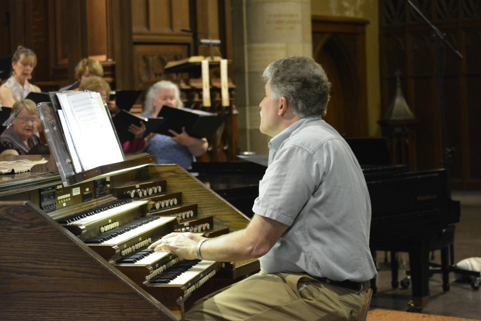 d117f468552b4a9f3f60_Photo_2_-_Maestro_Allen_Artz_at_the_organ.jpg