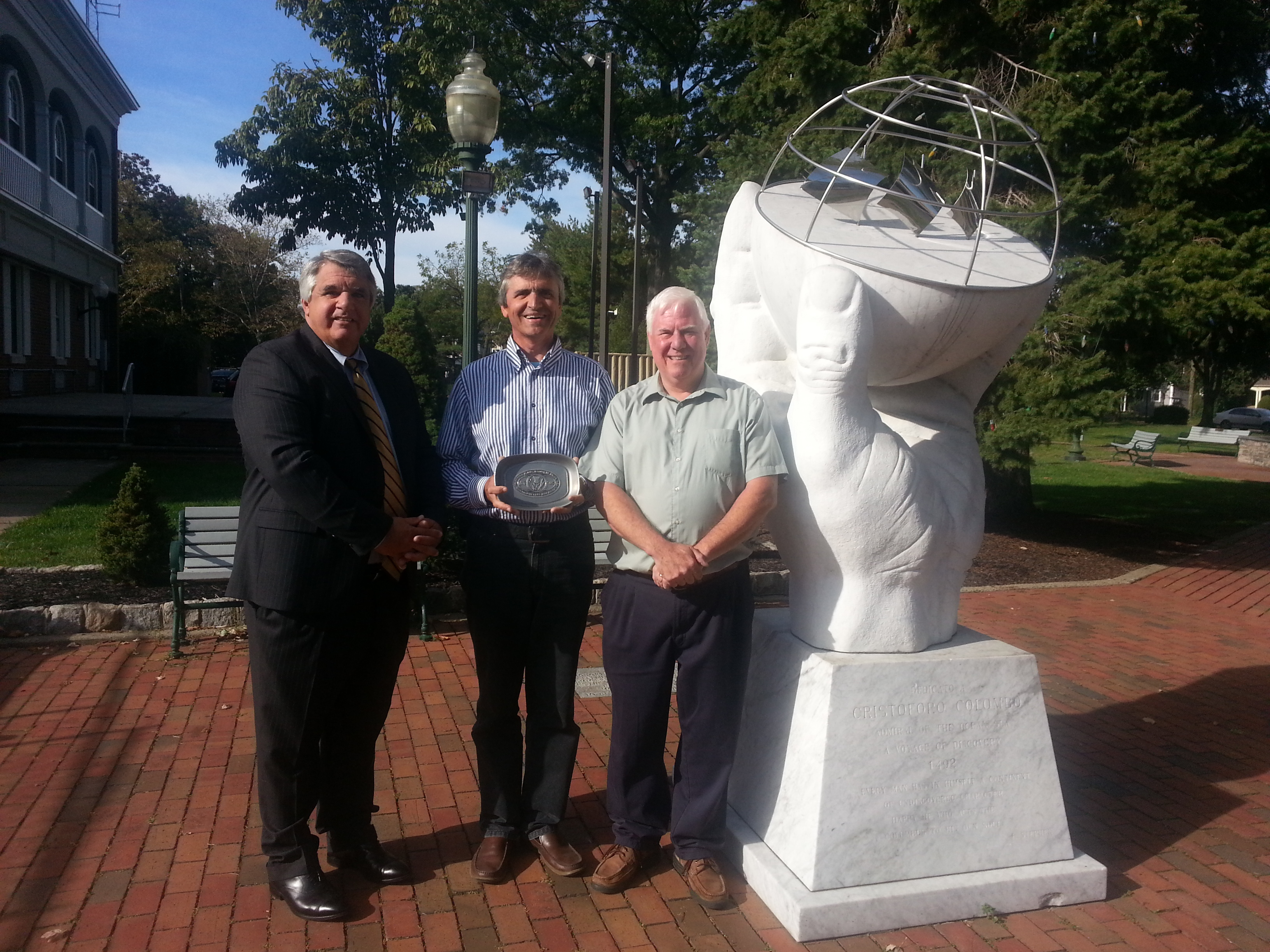 f9f9e7bb85efea4d267c_sculptor_and_Kevin_Gover_Christopher_columbas_scupture.jpg