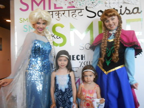"""Frozen"" Princesses Draw Lines and Brighten Smiles At Pearly Whites , photo 5"