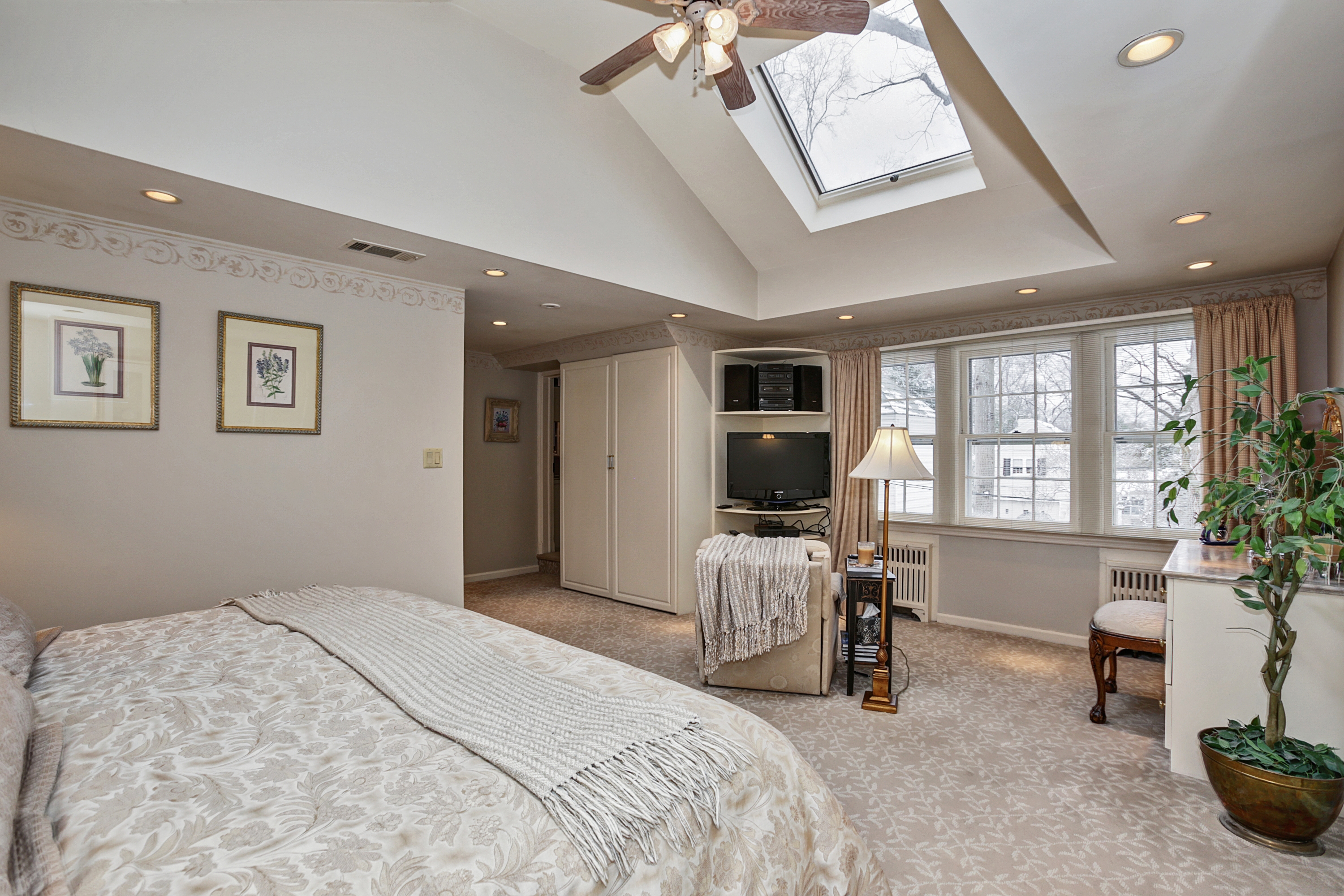 Master Bedroom : 2 Skylights....bright U0026 Beautiful