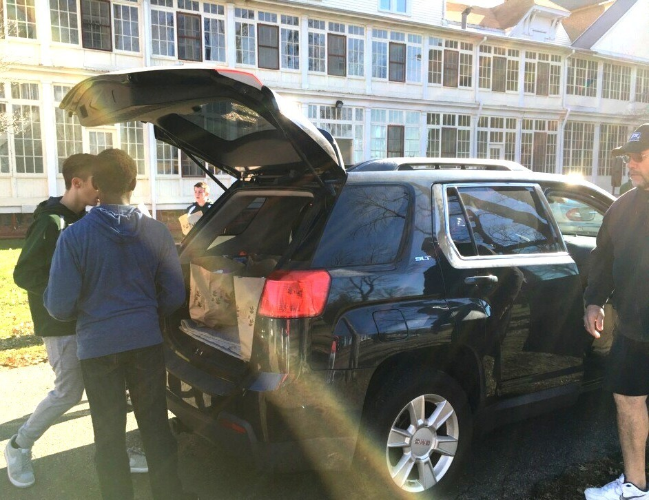 7fd0dadd270dc5e3d924_THXG_Food_Drive_2015_-_loading_car.jpg