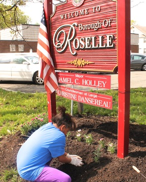 Roselle Comes Together for Community Clean Up Day, photo 40