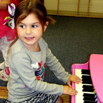 Top_story_3cb315b675cae1e60039_76151f889d033c53d79c_girl_on_piano