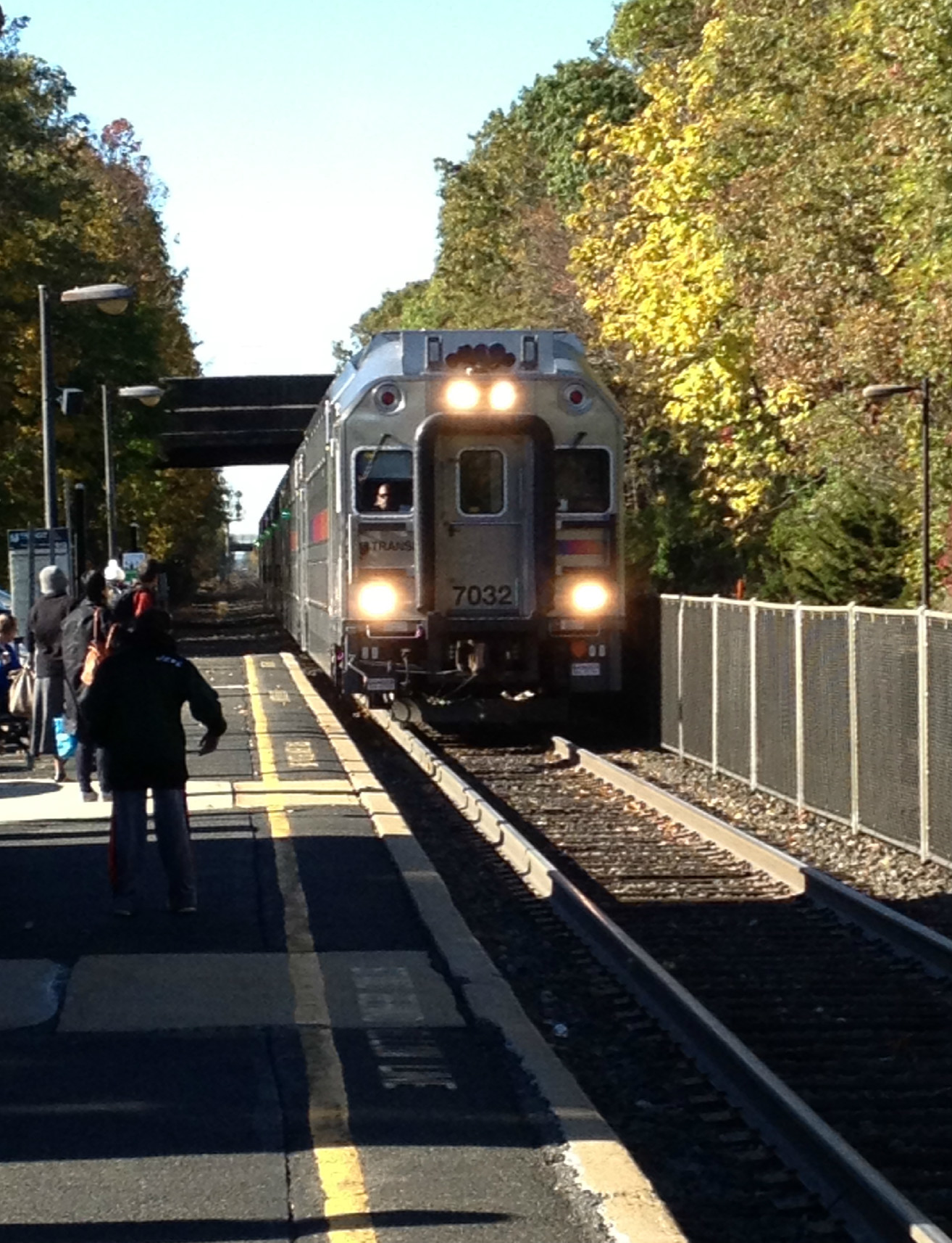 e9eb0e0c4e4322a63e74_NJT_1016am_train_pulls_into_Fanwood_10-27-14.jpg