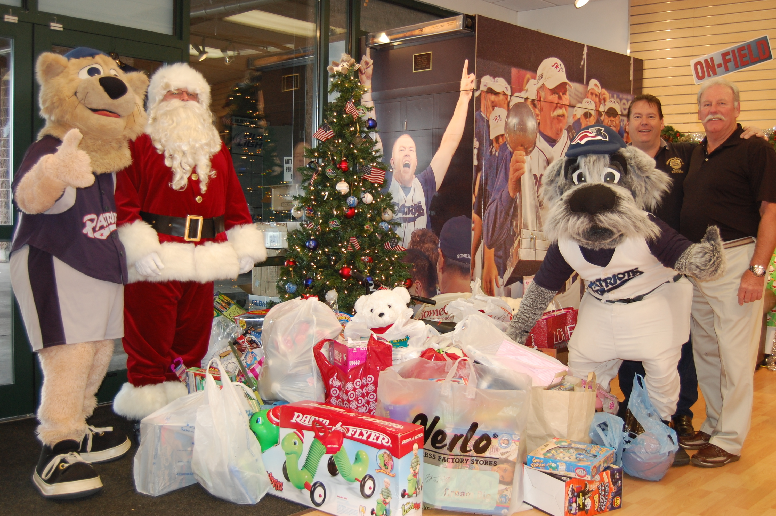 Td Bank Christmas Eve Hours.Sparky Lyle Somerset Patriots Host Holiday Toy Drive On Dec