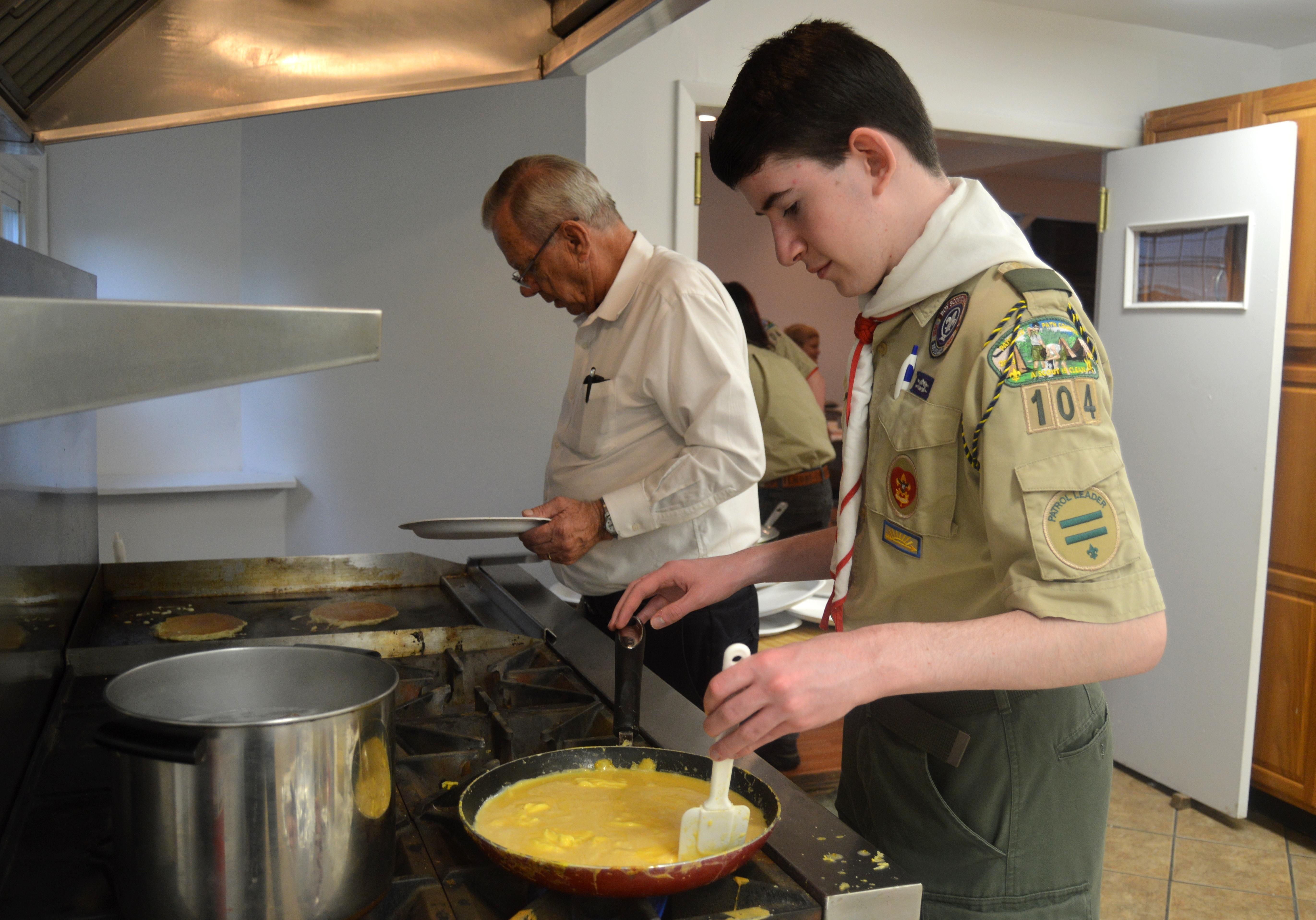 063199f5d107c31dd810_Jack_Thal_cooks_scrambled_eggs_at_the_Lions_Club.JPG