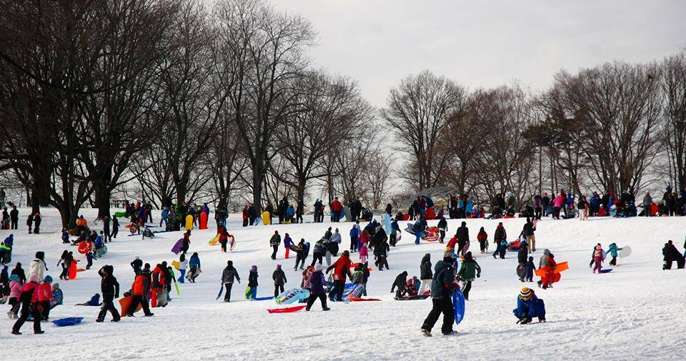 65560a600d650e01f245_6319e00327ef72c2ed6e_Sledding-crowd-shot.jpg