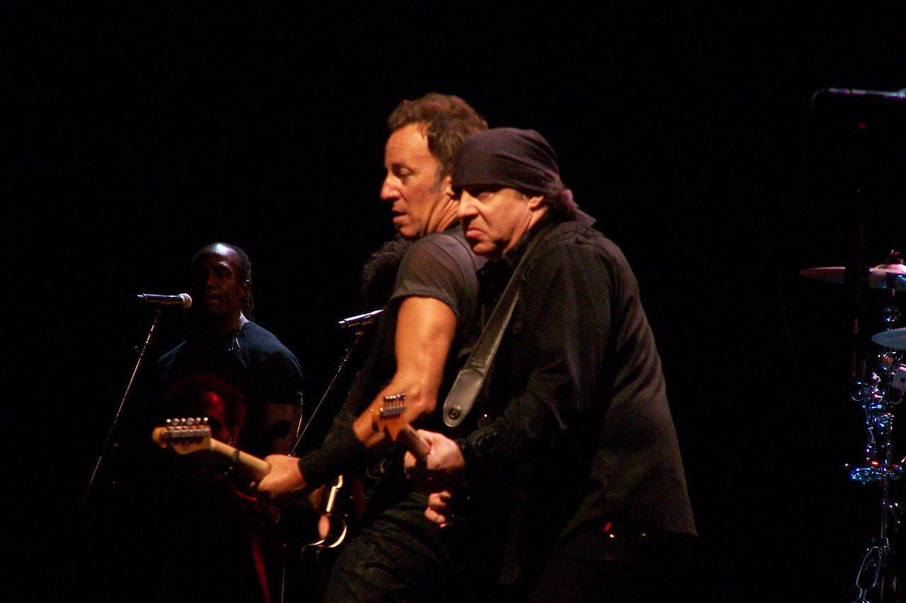 04870f2d4f01fbf6669f_1280px-Little_Steven_Van_Zandt_and_Bruce_Springsteen.jpg