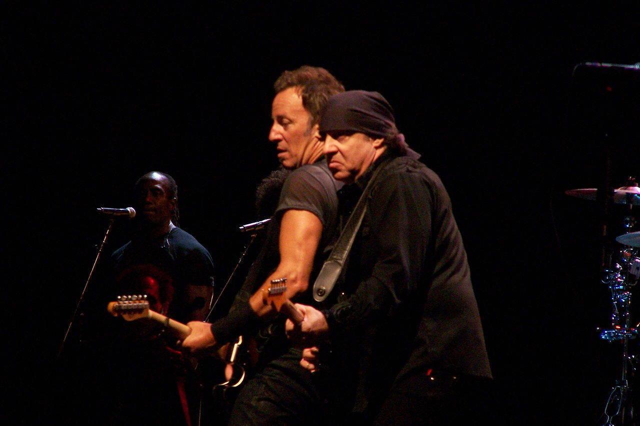 04870f2d4f01fbf6669f_1280px-Little_Steven_Van_Zandt_and_Bruce_Springsteen.jpg