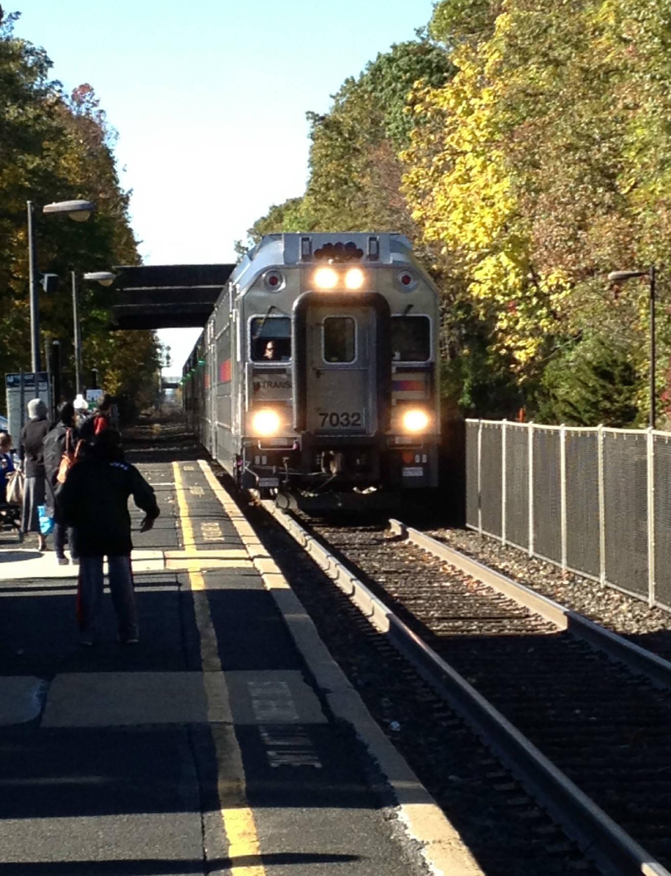 07992671dba5741eabb7_NJT_1016am_train_pulls_into_Fanwood_10-27-14.jpg