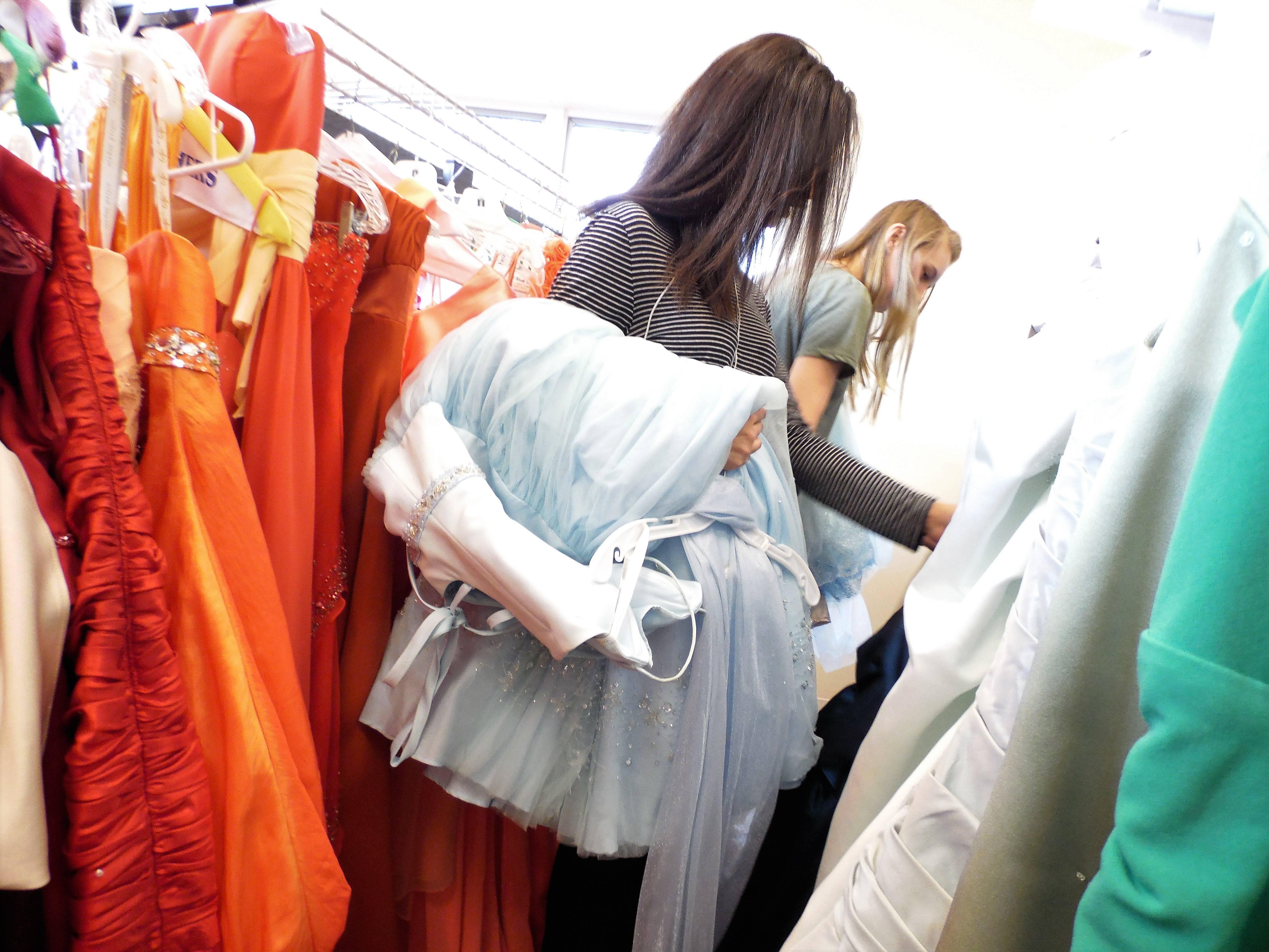 368e42e242c4b7048986_girls_with_dresses.JPG