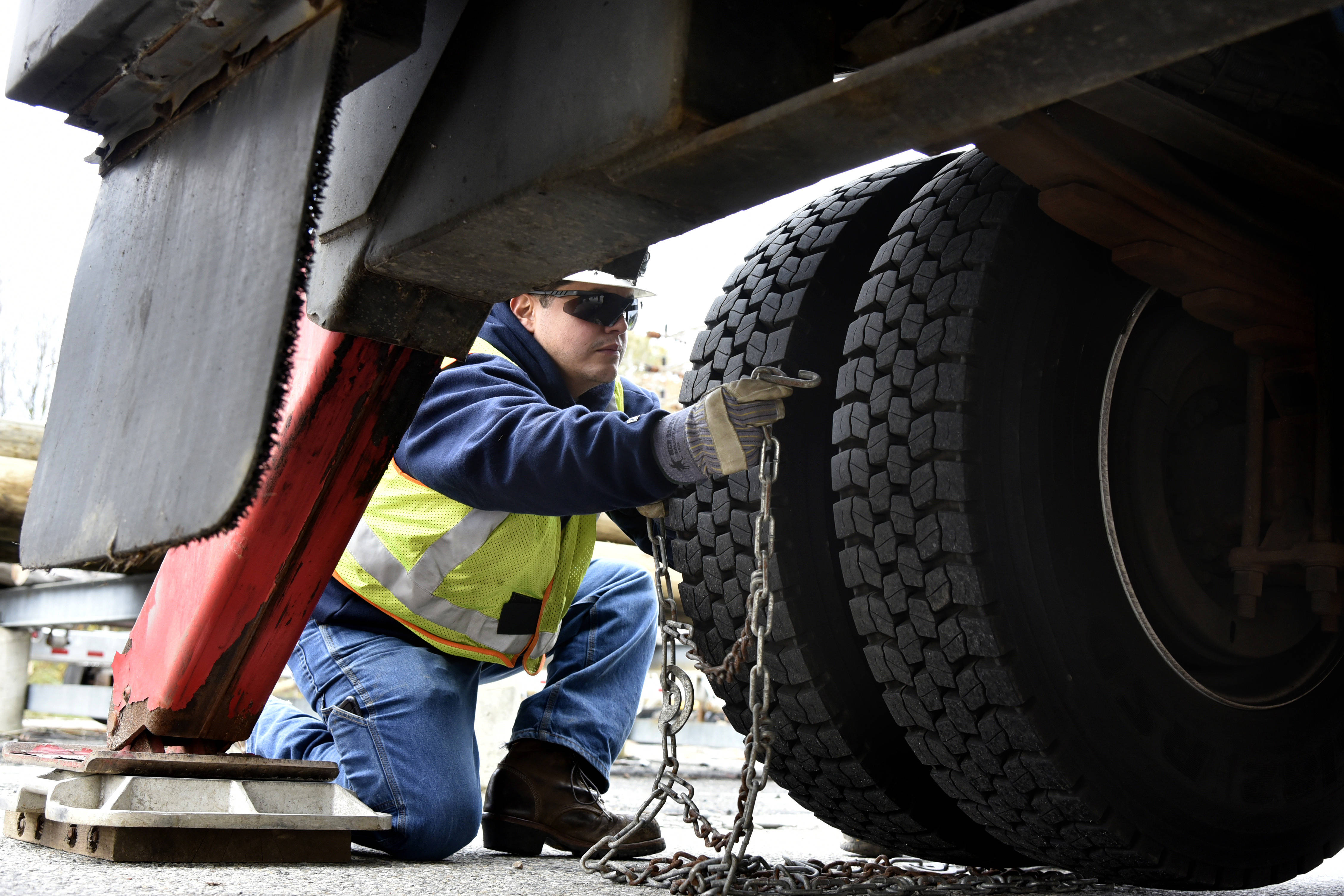 5960d2ffd3b5a8656749_JCPL_Crews_Preparing_for_Winter_Weather_-_checking_snow_chains_jpg_1.jpg