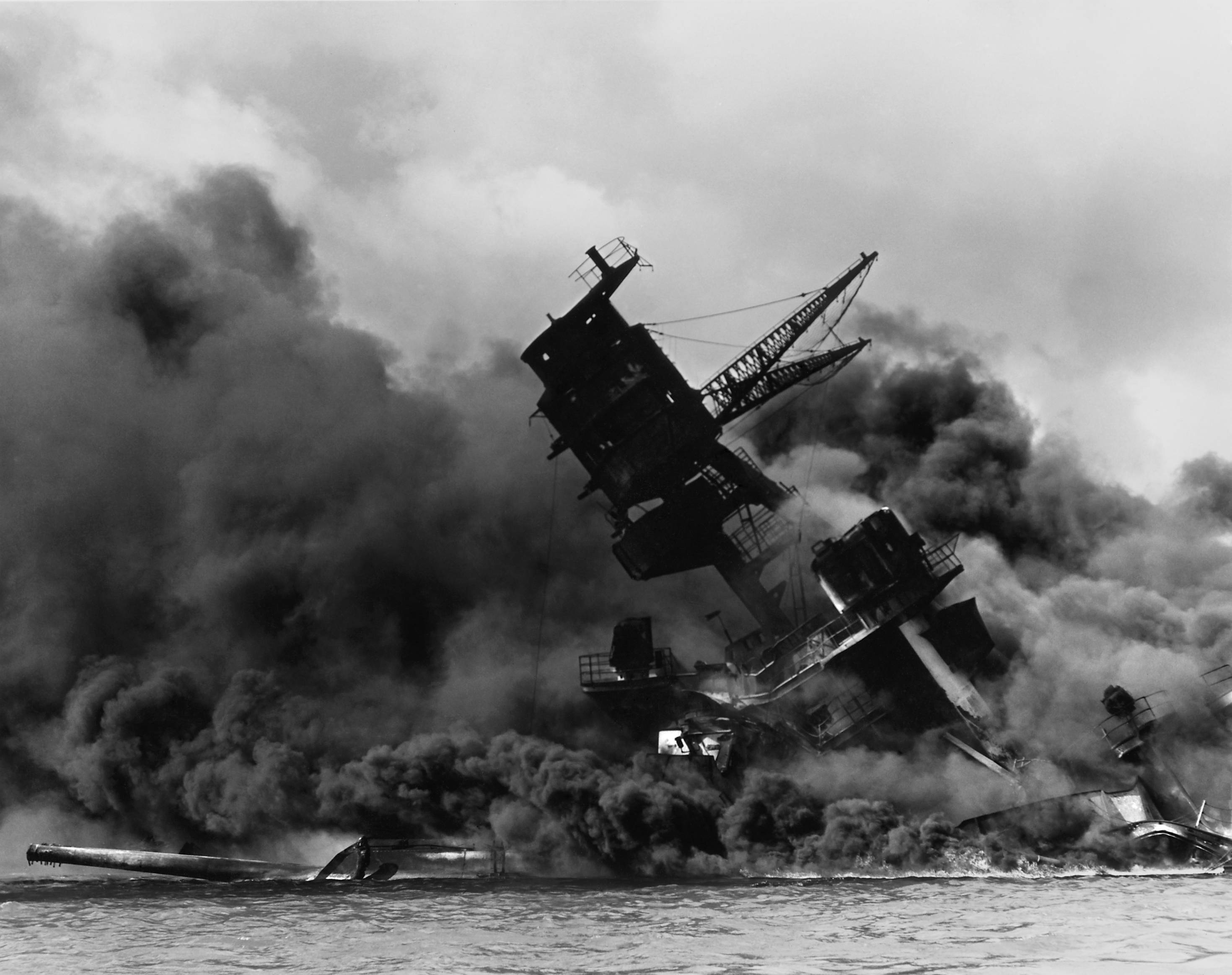 6a9ddc22c3d01c53ed63_Pearl_Harbor_-_USS_Arizona_burning_after_Japanese_attack_-_wikipedia.jpg
