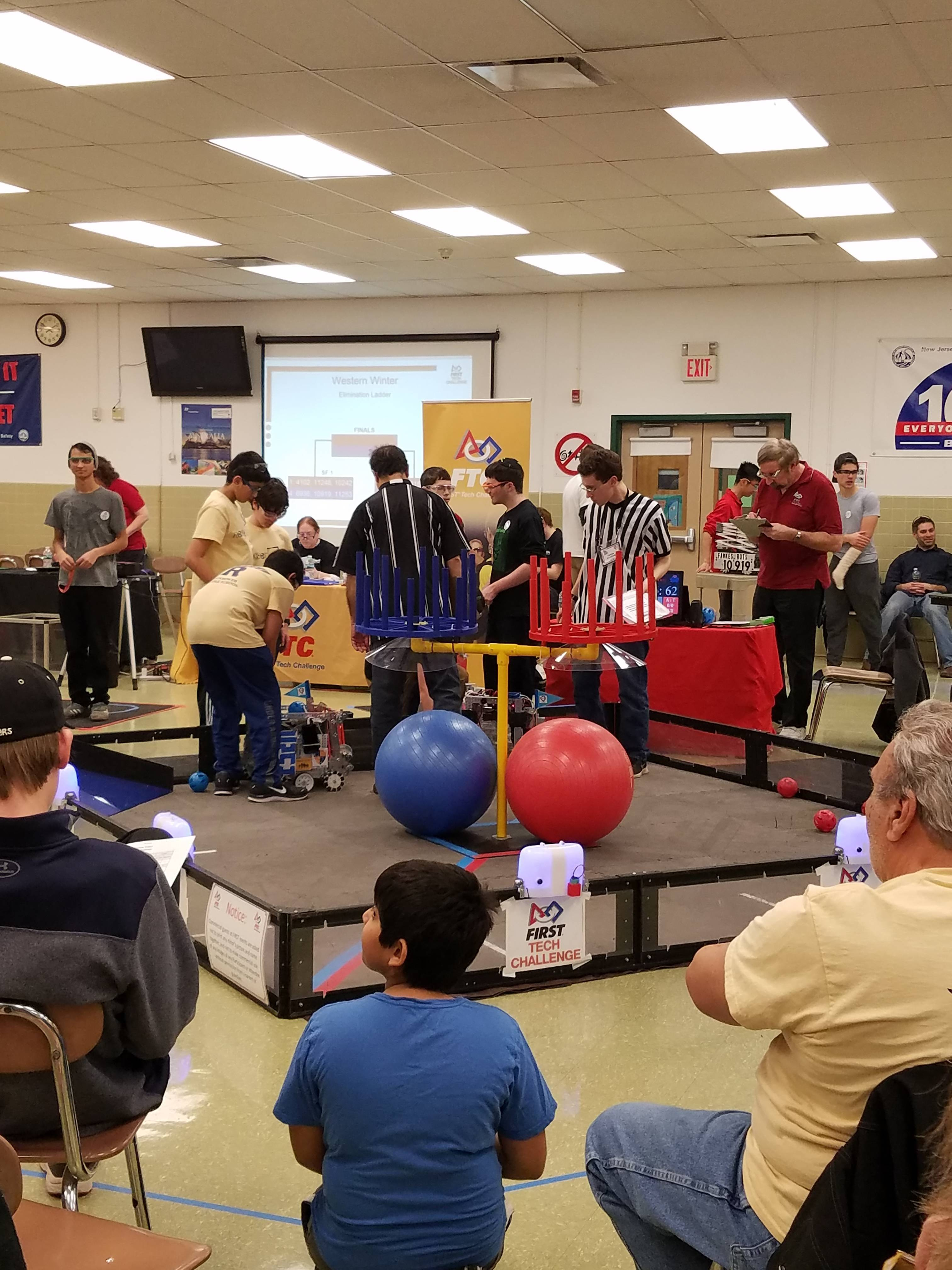 93cd2603d14501c1601d_fe508a428b4abaa17035_EMS_Roxbotix_Jr_Team_at_FTC_Competition_1.jpg