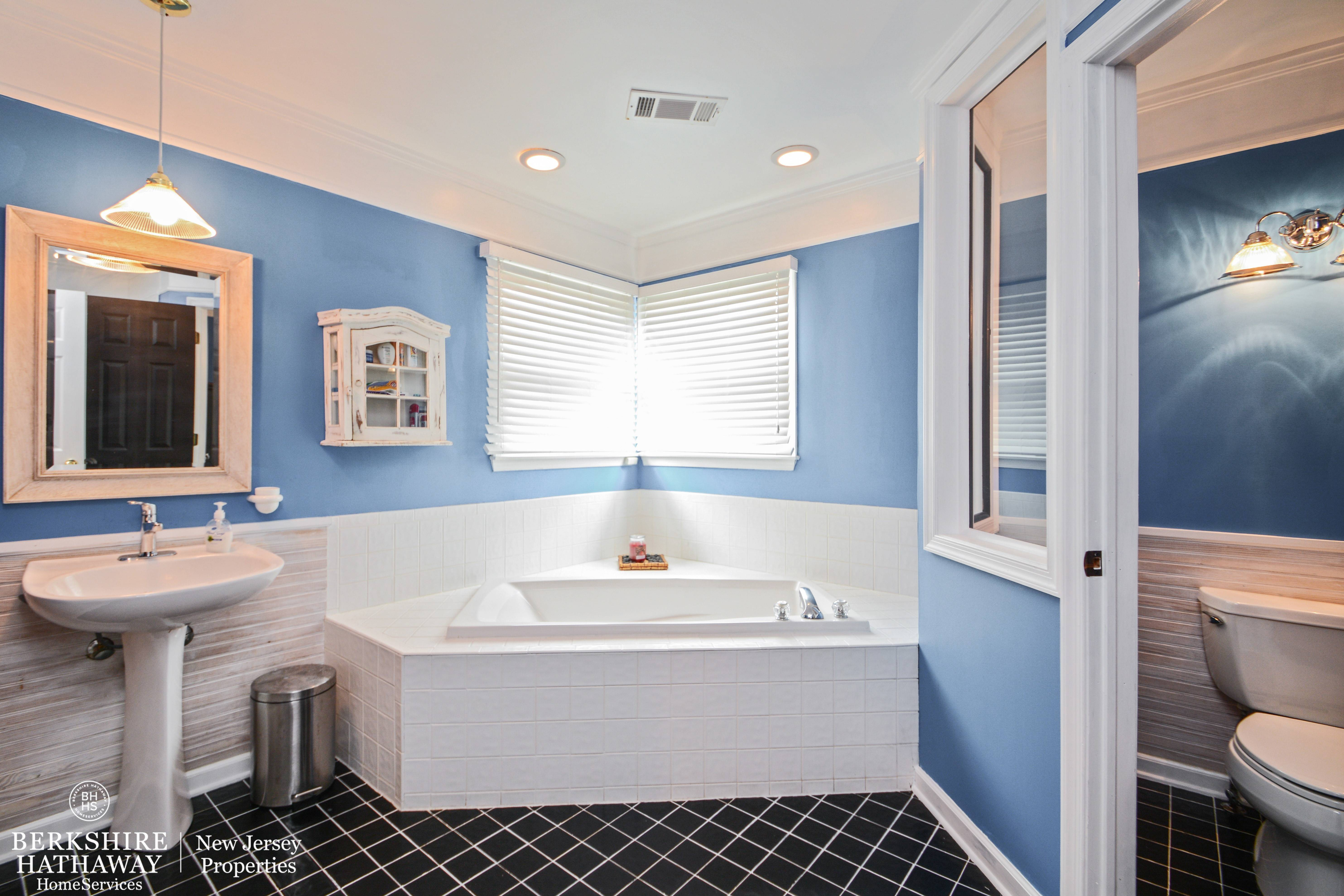 Murray hill farm 5 bedroom colonial tapinto for Best bathrooms on the road