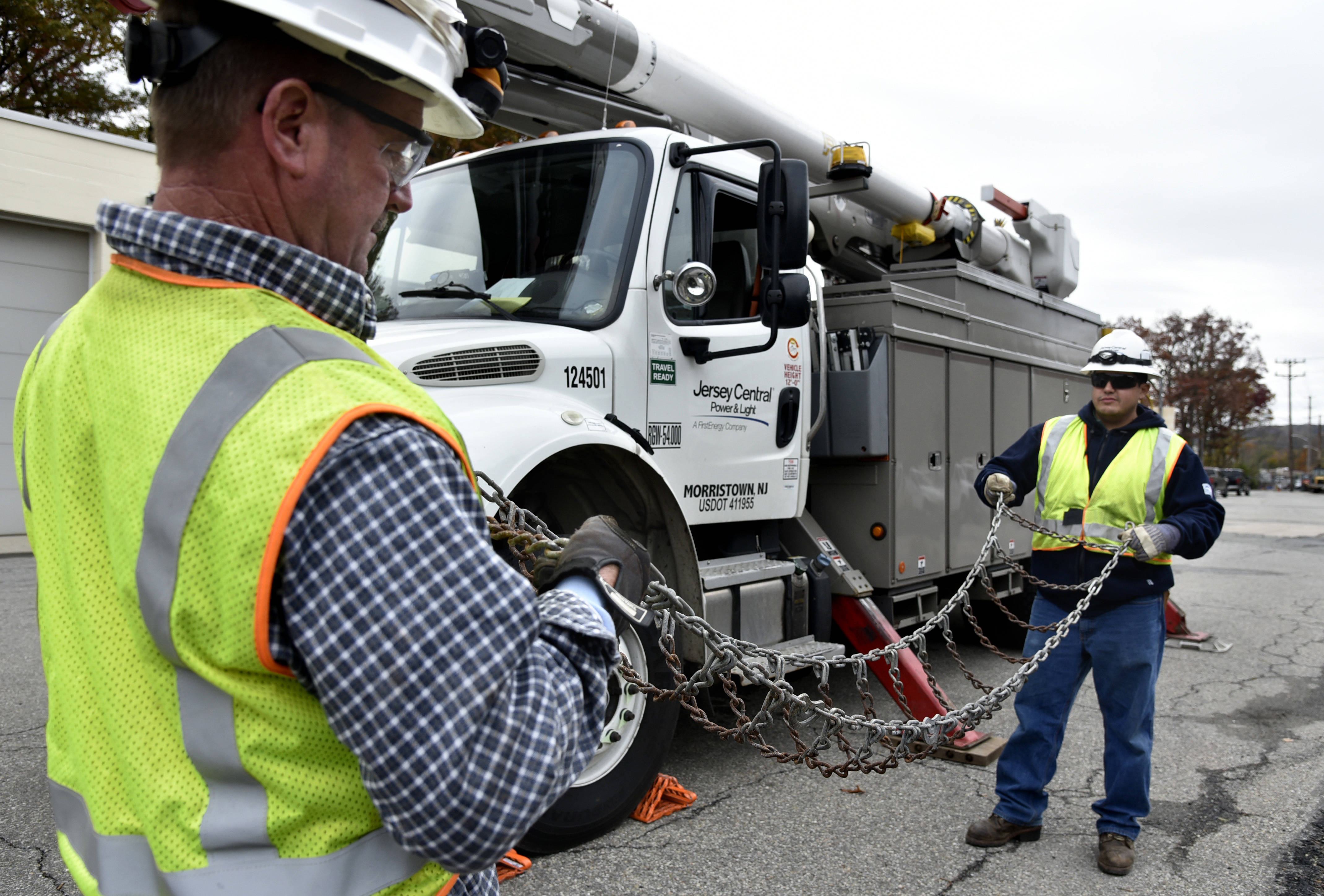 9df309cfc6c5e000bb08_JCPL_Crews_preparing_for_Winter_Weather_ _checking_snow_chains_jpg_2