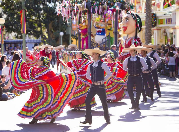 0377476e64b791f3427c_Travel_Disneyland_Viva_Navidad.jpg