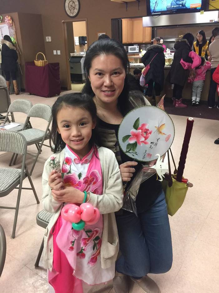 0956edfb624434991ead_Mother_and_daughter_with_fans.jpg