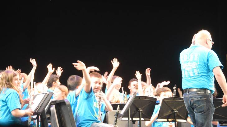 167b21fde812f21d4356_Concert_-kids_waving.JPG