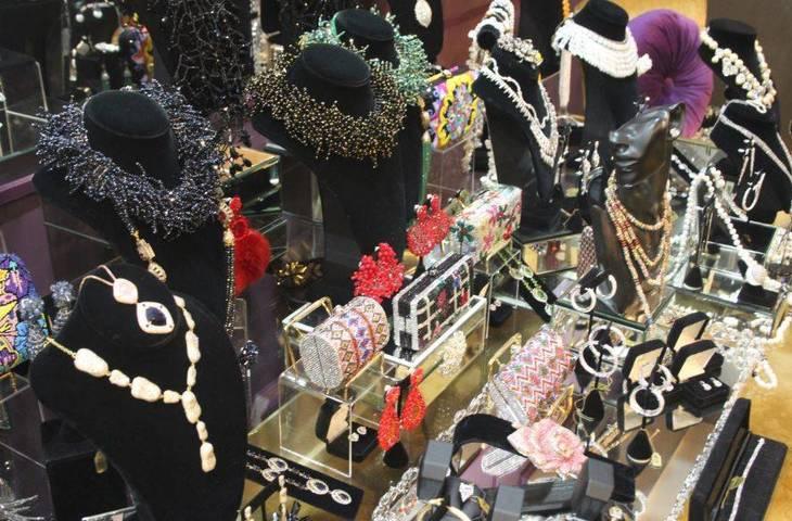 16adf2a14c3c0c90d63d_Bianca_Jewelers_e.JPG