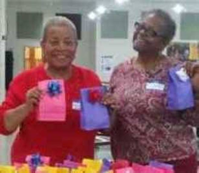 2e99781da1188278e5a3_arilyn_Andrews__Home_Life___Social_Services_Chairman_with_club_member_Sandi_Cox_packaging_candy_bags.jpg