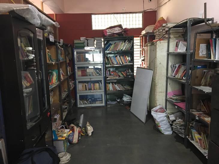 3ab0eae3992fee1fe1d3_Makeshift_Library.JPG