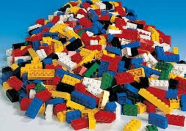 425c12dcc083bae33fc8_legos_1.jpg