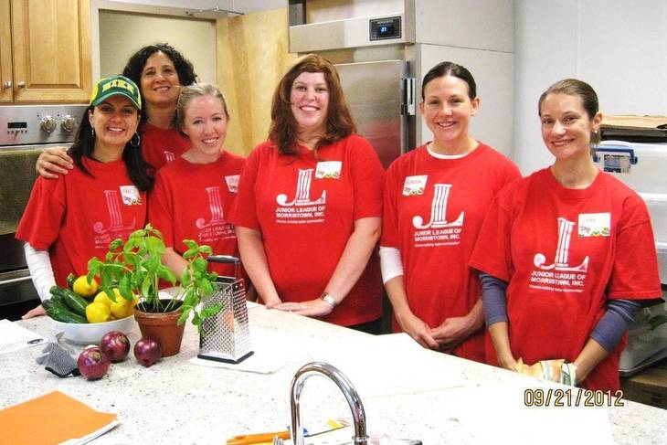 56bd033b3d139ffedeb1_291baec0bd0eeafb2513_Members_of_the_Junior_League_of_Morristown_prepare_to_host_family_cooking_classes_at_the_Interfaith_Food_Pantry.jpg