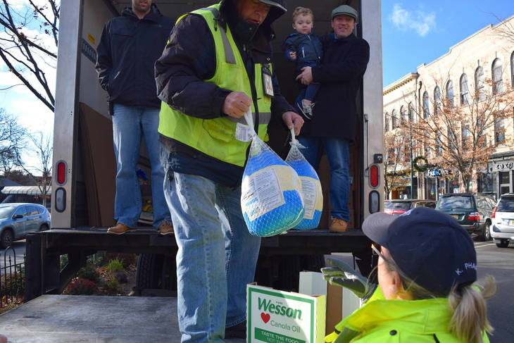 Hilltop City Again Answers The Call in Support of Summit Thanksgiving Food Drive
