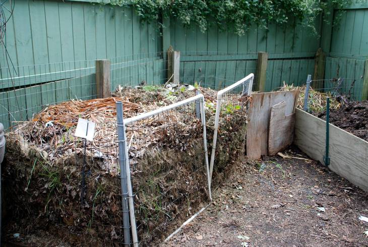 c5c4720437c397e1b64b_1_Back__Composting_area_hidden_behind_decorative_fencing_and_garden.jpg