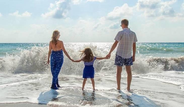 d1da5ec20a6f00ba6469_family_on_beach-1867271_1920.jpg