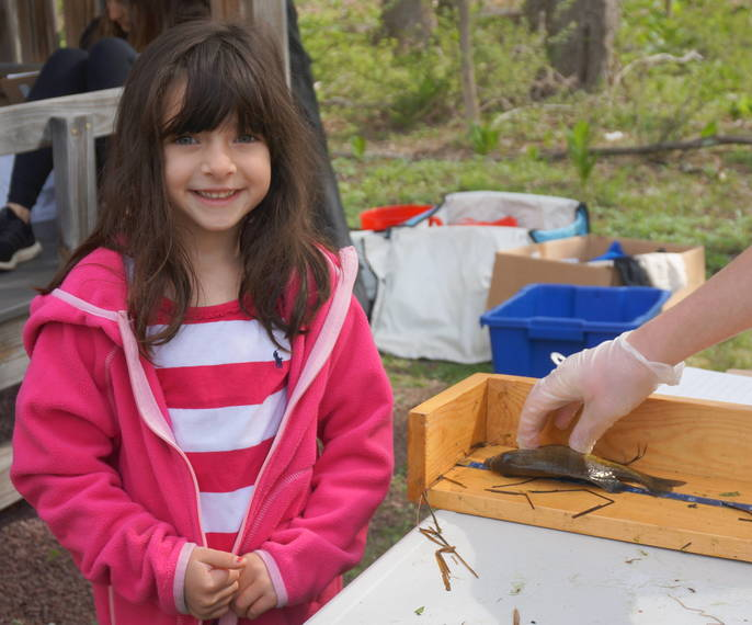 dc8d3544ce9aebf25088_a_Five-year-old_Bella_shows_off_her____fish__2018_TAPinto_Montville___1..JPG