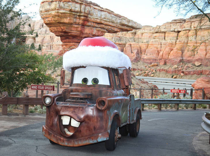 dcb3505807f8e2963629_Travel_Disneyland_Carsland_Mater_Christms.jpg