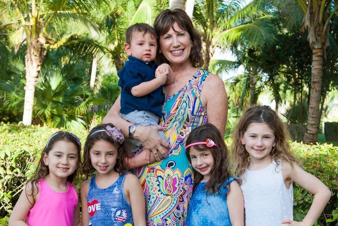 e87488e882504edc3956_1_Linda_Fishman_with_her_grandchildren_Cooper__Hayley__Stella__Reese_and_Book_5_coming_soon__Davis.JPG