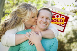 Carousel image 028d62c5e051df8d0001 happy couple hugging in front of sold sign house