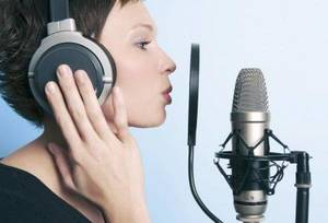 Carousel_image_188b077969d97afc396d_flyer_-_woman_singing_with_mic
