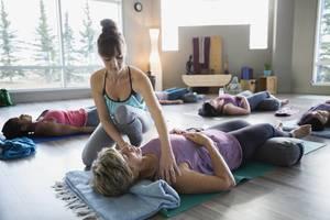 Carousel_image_21ec9ba48dc1063388d3_restorative_yoga_-_savasana_with_bolster