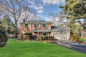 15 Knob Hill Drive, Summit, NJ: $1,075,000