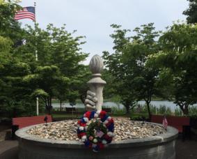 Carousel_image_45fd5cca164b4e1da9dc_veterans_memorial_at_horseshoe_lake