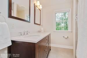 21_42SussexRoad_8_Bathroom_HiRes.jpg
