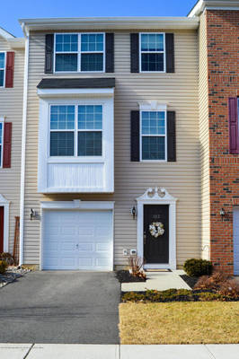 3 Bedroom Townhouse in Greenway Run - Freehold!