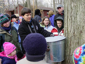Carousel_image_952a75a72d6d5c9332e6_gsoec_maple-sugaring_crowd-looks-on_161209_115553