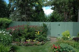 Carousel_image_9bde3fd10297b685bff7_1_front_garden_with_fence_in_front_of_hidden_compost_area