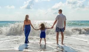 Carousel image d1da5ec20a6f00ba6469 family on beach 1867271 1920